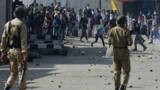 17 injured in clash between stone pelters and forces